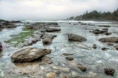 Felsige Küste mit klarem Wasser Stockbild