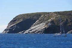 Felsige Küste mit Leuchtturm lizenzfreies stockbild