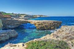 Felsige Küste in Porto Torres lizenzfreie stockbilder
