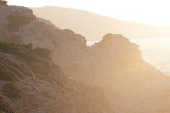Felsige Küste am Sonnenuntergang Stockfotografie