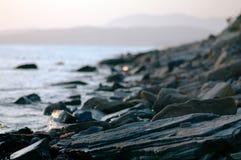 Felsige Küste am Sonnenuntergang Lizenzfreie Stockfotografie