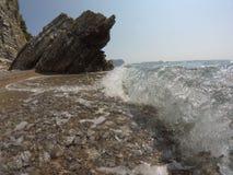 Felsige Küste, starkes Welle-klares adriatisches Meer, der blaue Himmel des Sommers Stockfotos