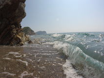 Felsige Küste, starkes Welle-klares adriatisches Meer, der blaue Himmel des Sommers Stockfoto