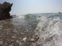 Felsige Küste, starkes Welle-klares adriatisches Meer, der blaue Himmel des Sommers Stockfotografie