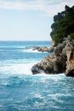 Felsige Küste und das adriatische Meer Lizenzfreie Stockbilder