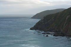 Felsige Küste und das Meer nahe dem Nugget-Punkt im Catlins im zentralen Otago in Neuseeland lizenzfreies stockbild