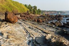 Felsige Küste von Arabian Sea in Goa Lizenzfreies Stockfoto