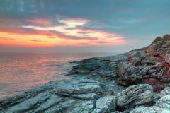 Felsige Küste von Kroatien am Sonnenuntergang Stockfotografie