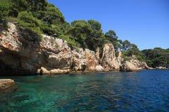 Felsige Küstenlinie auf dem Mittelmeer von Antibes Stockbild