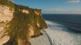Felsige Küstenlinie auf der Insel von Bali Schattenbild des kauernden Geschäftsmannes stock video