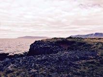 Felsige Küstenlinie an der Dämmerung Lizenzfreie Stockfotografie