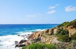 Felsige Küstenlinie an einem schönen sonnigen Tag Stockfotografie