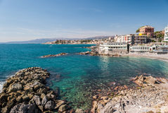 Felsige Küstenlinie in Genua, im Bezirk des Quartbands Lizenzfreie Stockfotos