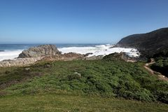 Felsige Küstenlinie im Sturm-Fluss in Nationalpark Tsitsikamma, Südafrika Stockfoto