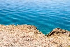 Felsige Küstenlinie mit haarscharfem blauem adriatischem Meer Lizenzfreies Stockbild