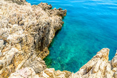 Felsige Küstenlinie mit haarscharfem blauem adriatischem Meer Lizenzfreies Stockfoto