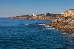 Felsige Küstenlinie mit Leuchtturm stockbilder
