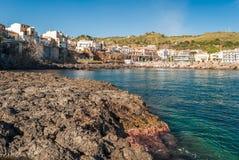 Felsige Küstenlinie mit typischer Kissenlava in der Stadt von Aci Castello, in Sizilien Stockfotos