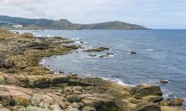 Felsige Küstenlinie nahe Nosa Senora da Barca Church in Muxia, eine Coruna-Provinz, Galizien Stockfotos