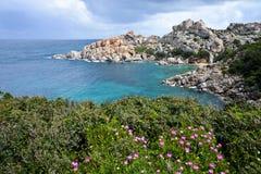 Felsige Küstenlinie in Sardinien, Italien Lizenzfreie Stockfotografie