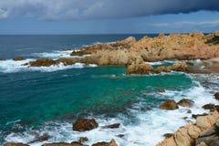 Felsige Küstenlinie in Sardinien, Italien Stockbilder