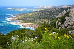 Felsige Küstenlinie in Sardinien, Italien Stockfoto