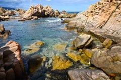 Felsige Küstenlinie in Sardinien, Italien Stockbild