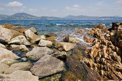 Felsige Küstenlinie Str.-Tropez Stockfotografie