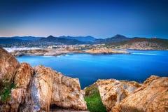 Felsige Küstenlinie und blaues Meer Stockbild