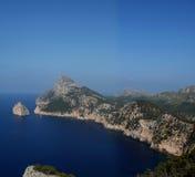 Felsige Küstenlinie und blaues Meer Stockfotografie