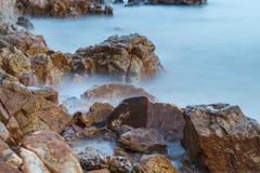 Felsige Küstenlinie und lange Belichtung Stockbilder