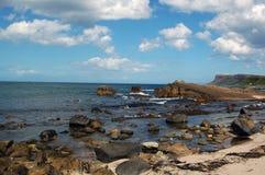 Felsige Küstenlinie und Meer Lizenzfreies Stockfoto
