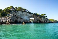 Felsige Küstenlinie von ACRO di San Felice, Puglia, Italien Lizenzfreie Stockfotos