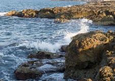 Felsige Küstenlinie von adriatischem Meer bei Borgo Ignazio Resort, Savelletri di Fasano Lizenzfreie Stockbilder