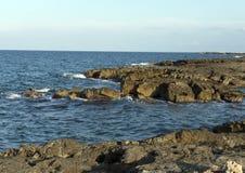 Felsige Küstenlinie von adriatischem Meer bei Borgo Ignazio Resort, Savelletri di Fasano Lizenzfreie Stockfotografie