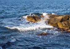 Felsige Küstenlinie von adriatischem Meer bei Borgo Ignazio Resort, Savelletri di Fasano Lizenzfreies Stockbild