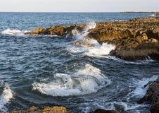 Felsige Küstenlinie von adriatischem Meer bei Borgo Ignazio Resort, Savelletri di Fasano Stockfoto