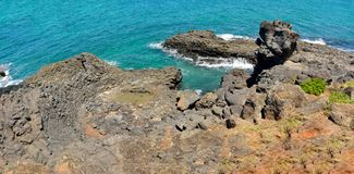 Felsige Küstenlinie von Elliott Heads Memorial Park nahe Bundaberg herein lizenzfreie stockfotografie