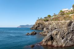 Felsige Küstenlinie von Manarola-Schleppseil, Ligurien, Nationalpark Cinque Terres, Italien lizenzfreie stockfotos