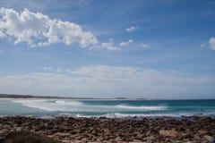 Felsige Küstenlinie von Südafrika Lizenzfreie Stockfotos