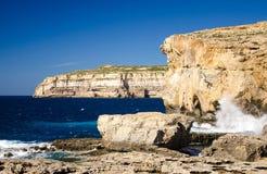 Felsige Küstenlinienklippen nahe eingestürztem azurblauem Fenster, Gozo-Insel, stockfotografie