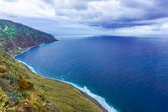 Felsige K?ste von Atlantik in Madeira-Archipel in Portugal am bew?lkten Tag stockfoto