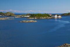 Felsige kleine Inseln mit Fischereihafen lizenzfreie stockfotografie