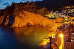 Felsige Klippe auf der adriatischen Seeküste Stockbild