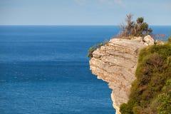 Felsige Klippe auf der Seeküste Stockbild