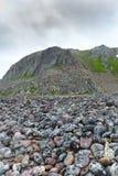 Felsige Klippen auf der Küste des Barentssees entlang dem touristischen Weg Varanger, Finnmark, Norwegen Stockfoto