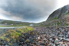 Felsige Klippen auf der Küste des Barentssees entlang dem touristischen Weg Varanger, Finnmark, Norwegen Lizenzfreies Stockfoto