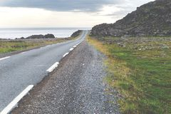 Felsige Klippen entlang dem nationalen touristischen Weg Varanger, Finnmark, Norwegen Lizenzfreies Stockfoto