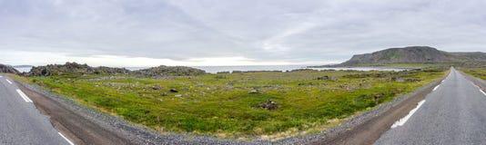 Felsige Klippen entlang dem nationalen touristischen Weg Varanger, Finnmark, Norwegen Lizenzfreie Stockfotos