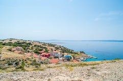 Felsige Landschaft auf einer Insel mit einem kleinen Dorf und einer Adria s Stockbilder